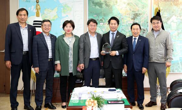 김종인 제8대 인천광역시의회 전반기 건설교통위원장 감사패 전달식